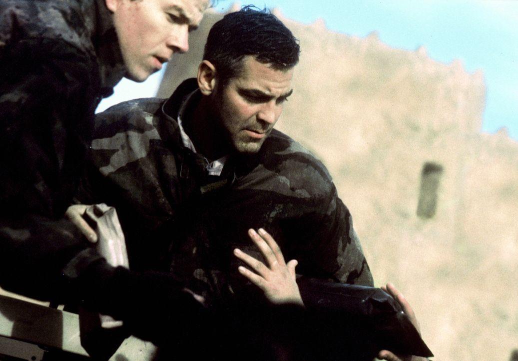 Die drei US-Soldaten Archie (George Clooney, r.), Troy (Mark Wahlberg, l.) und Chief Elgin hatten eine eher ruhige Zeit während des Golfkriegs. Am... - Bildquelle: Warner Bros. Pictures