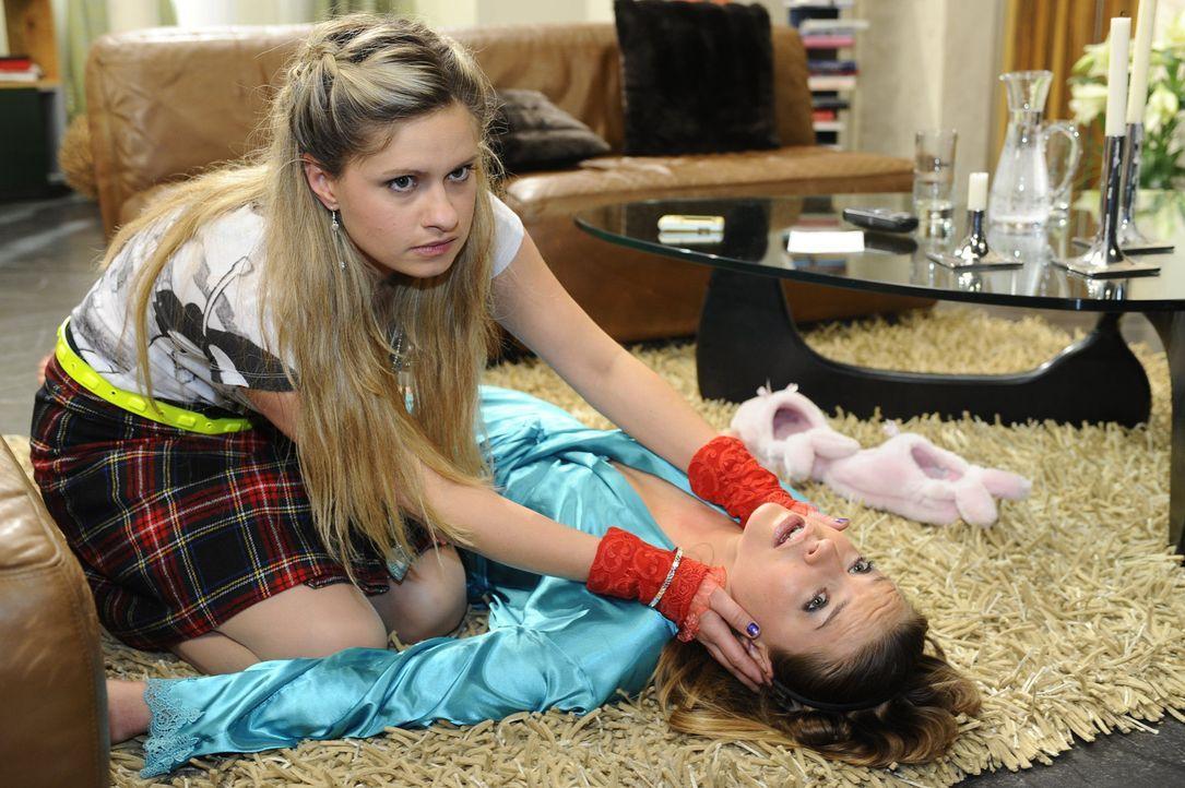 Mia (Josephine Schmidt, l.) ist Anna bei der Pflege von Katja (Karolina Lodyga, r.) behilflich. Doch als ihr Katja bei einem Tragemanöver aus den A... - Bildquelle: SAT.1