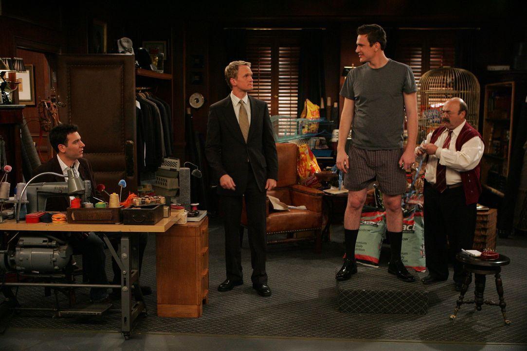 Marshall (Jason Segel, 2.v.r.) lässt sich überreden und geht gemeinsam mit seinen Freunden Barney (Neil Patrick Harris, 2.v.l.) und Ted (Josh Radn... - Bildquelle: 20th Century Fox International Television