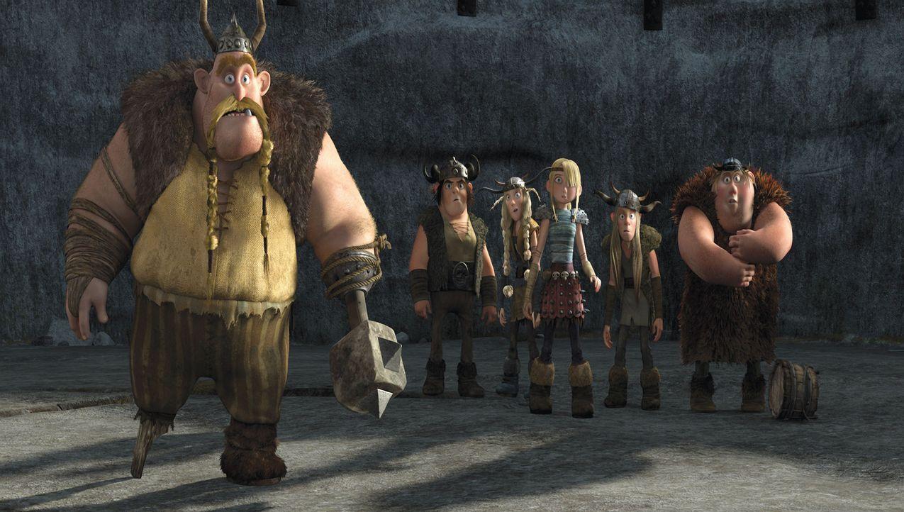 Grobian (l.) versucht, den Nachwuchs des Wikingerdorfes Berk mit einem Vorbereitungskurs im Drachenbekämpfen für die Angriffe der feuerspeienden R... - Bildquelle: 2012 by DreamWorks Animation LLC. All rights reserved.