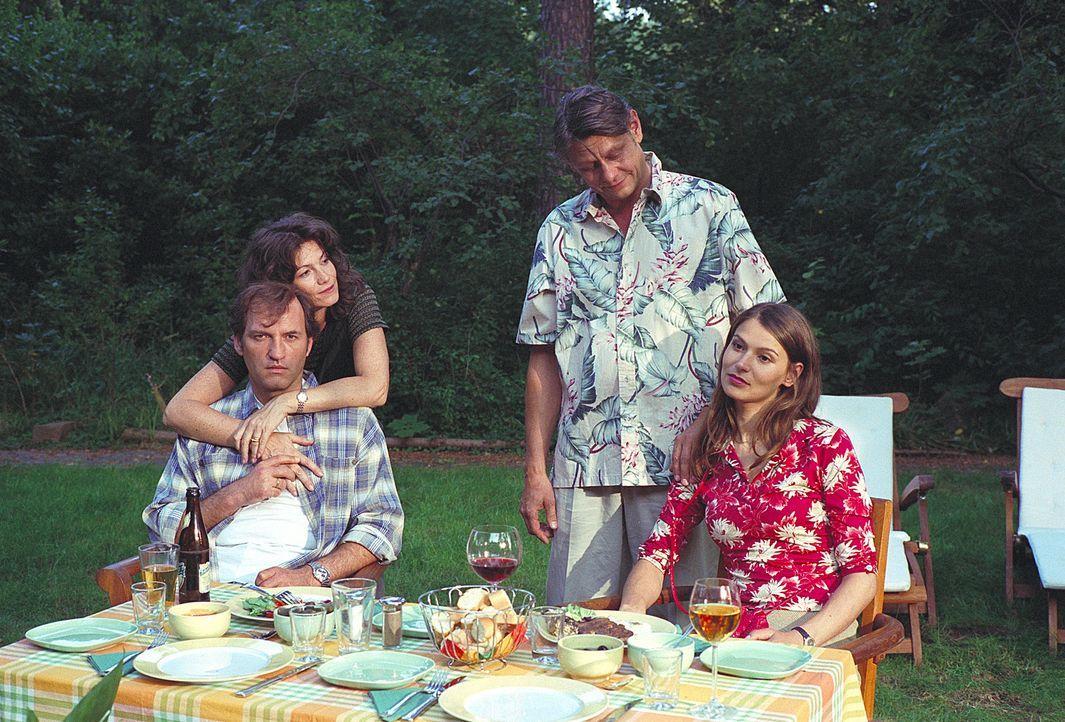 Bei einem vergnüglichen Grillabend verkünden Isabel (Stefanie Schmid, r.) und Götz (Rainer Winkelvoss , 2.v.re.) Mark (Mark Kuhn, vorne l.) und sein... - Bildquelle: Noreen Flynn