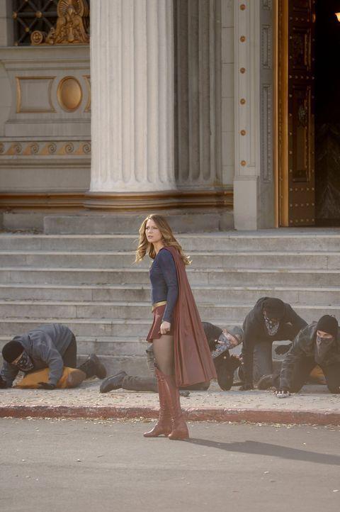 Seit Kara alias Supergirl (Melissa Benoist) unter dem Einfluss des roten Kryptonits schreckliche Dinge getan hat, haben viele Menschen Angst vor ihr... - Bildquelle: 2015 Warner Bros. Entertainment, Inc.