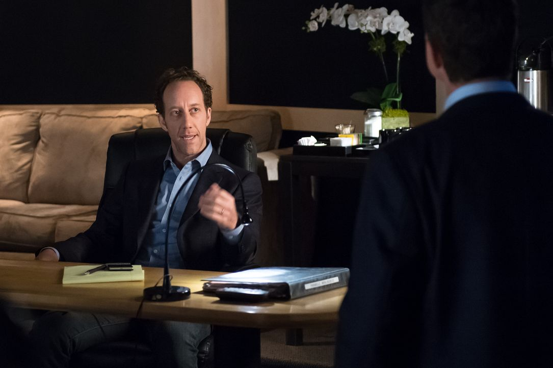 Was hat Produzent Larry Weinstock (Joey Slotnick) mit dem Mord an Fernsehstar Fletcher Sayers zu tun? - Bildquelle: 2014 Broadcasting Inc. All Rights Reserved.
