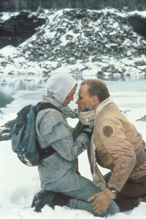 """Auf der Flucht vor den """"Screamers"""" können sich auch Jessica (Jennifer Rubin, l.) und Hendricksson (Peter Weller, r.) nicht mehr trauen ... - Bildquelle: Columbia TriStar"""
