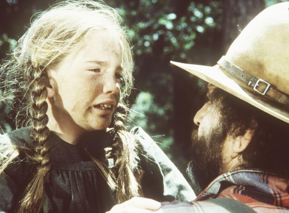 Laura (Melissa Gilbert, r.) erzählt Mr. Edwards (Victor French, l.), dass ihr Vater schwer verletzt in der Wildnis liegt. - Bildquelle: Worldvision