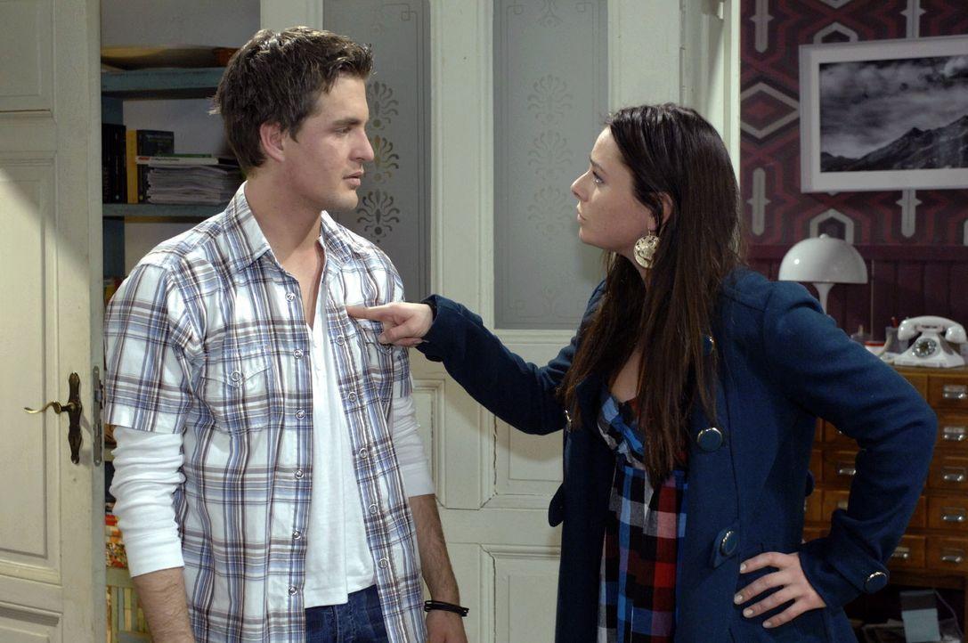 Paloma (Maja Maneiro, r.) platzt der Kragen - sie stellt Lars (Alexander Klaws, l.) zur Rede ... - Bildquelle: Oliver Ziebe Sat.1