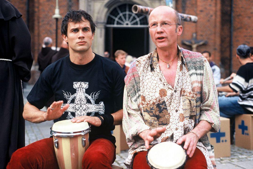 Ben (Ralf Bauer, l.) und Friedhelm (Christof Wackernagel, r.) trommeln zusammen auf dem Katholikentag. - Bildquelle: Krumwiede Sat.1