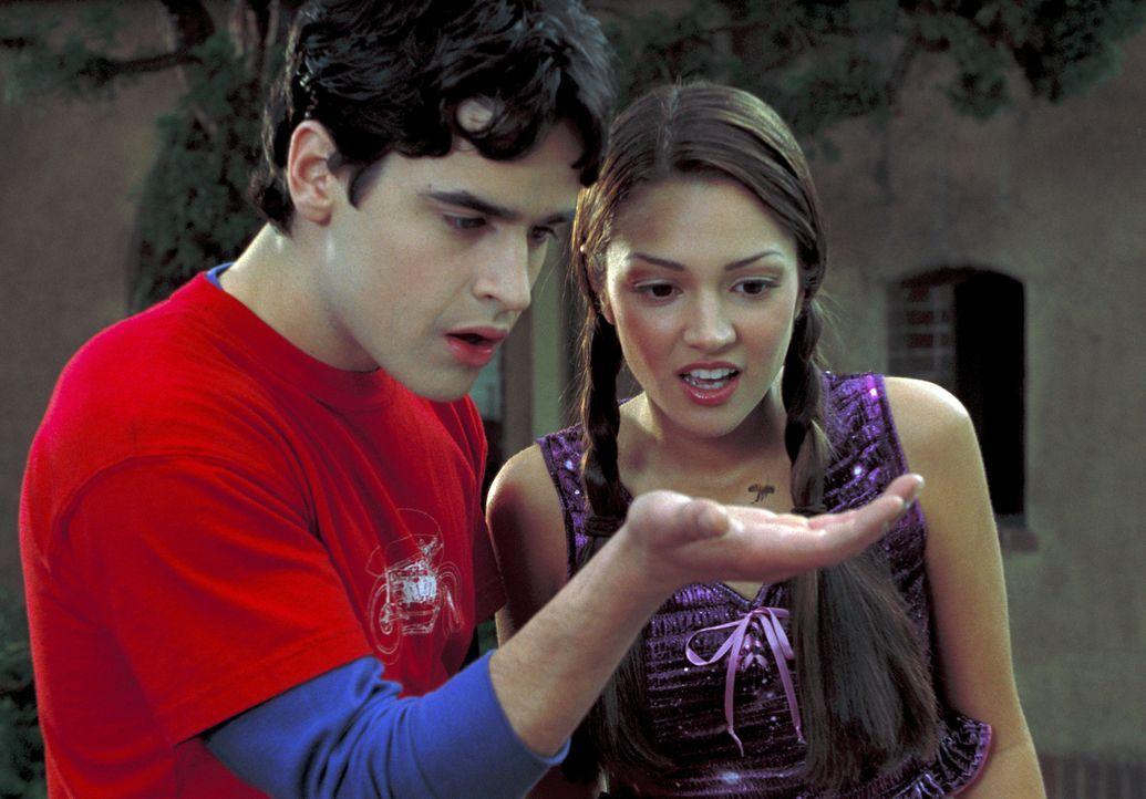 Erst nach und nach kommen Zak (Jesse Bradford, l.) und Francesca (Paula Garces, r.) hinter der Geheimnis der Armbanduhr. Sie lässt alle Bewegung rin... - Bildquelle: TM &   2001-2006 BY PARAMOUNT. ALL RIGHTS RESERVED