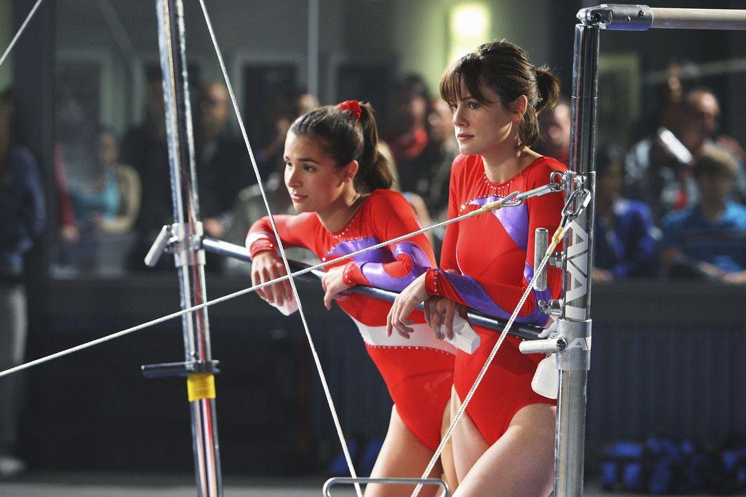 Emily (Chelsea Hobbs, r.) und Kylie (Josie Loren, l.) befürchten, dass der bevorstehende Wettkampf kein Zuckerschlecken wird ... - Bildquelle: 2009 DISNEY ENTERPRISES, INC. All rights reserved. NO ARCHIVING. NO RESALE.