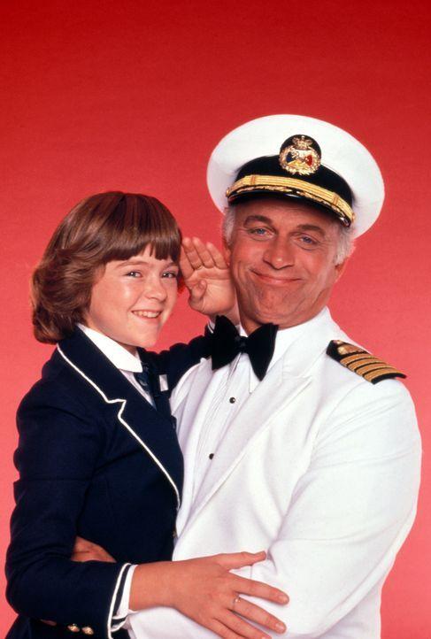 (3. Staffel) - Kapitän Merill Stubing (Gavin MacLeod, r.), seine Tochter (Vicky (Jill Whelan, l.) und die Crew versuchen alles, um ihren Gästen den... - Bildquelle: CBS Studios Inc. All Rights Reserved.