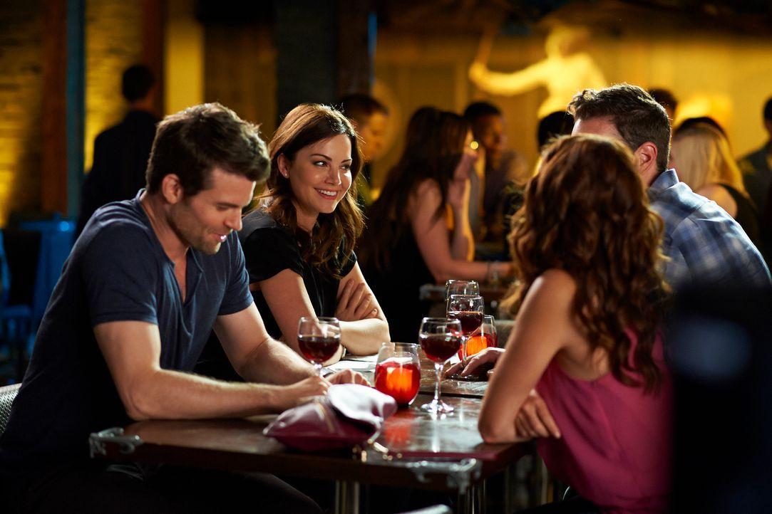 Das Doppeldate von Alex (Erica Durance, r.) und Joel (Daniel Gillies, l.) verläuft anders als erwartet ... - Bildquelle: 2012  Hope Zee One Inc.