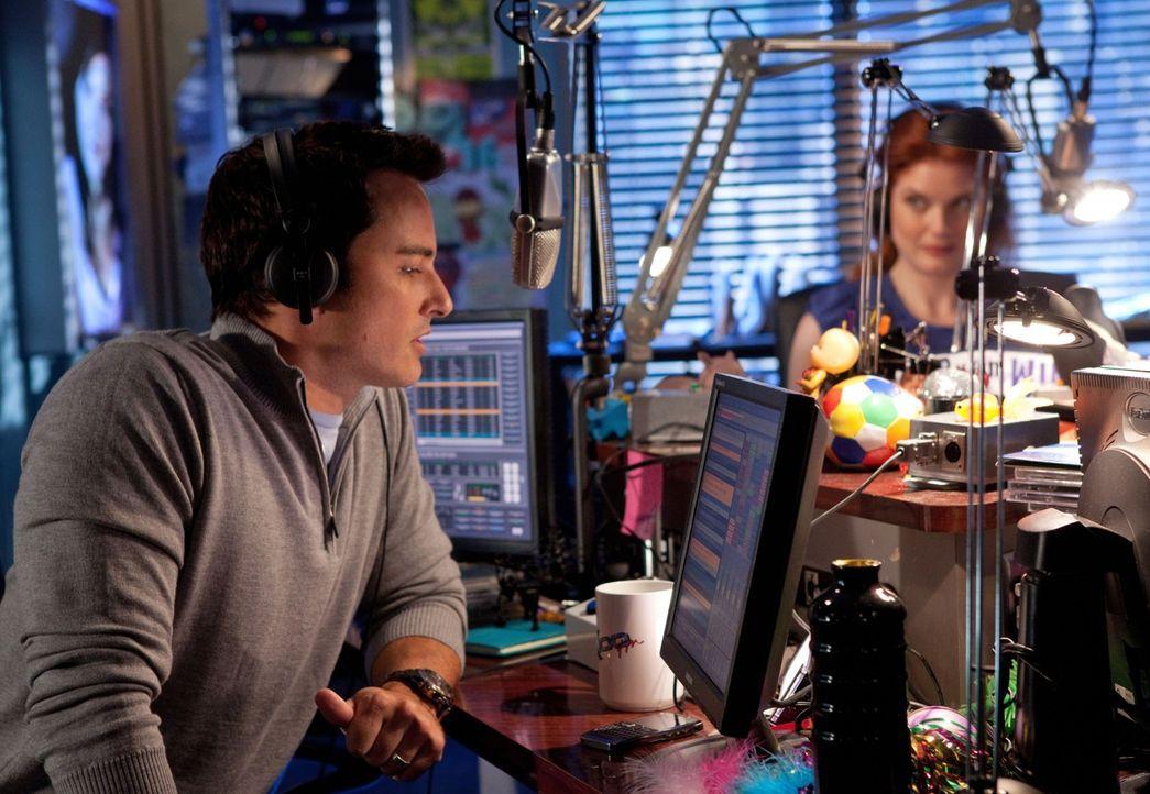 Ryan (Kerr Smith, l.) moderiert auch nach seinen Flitterwochen zusammen mit Cate die Radiosendung, doch als Dritte im Bunde ist nun auch eine Erfolg... - Bildquelle: The CW   2009 The CW Network, LLC. All Rights Reserved