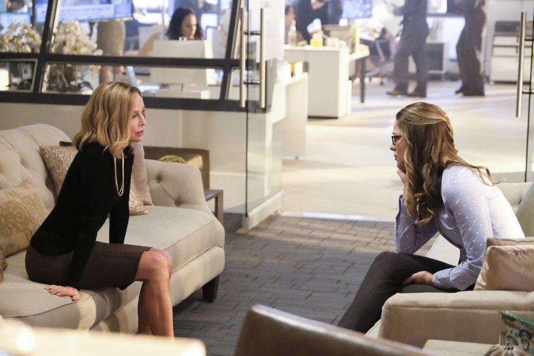 Cat Grant (Calista Flockhart, l.) steht Supergirl (Melissa Benoist, r.) mit Rat und Tat zur Seite und versucht dieser einen weisen Vorschlag zu mach... - Bildquelle: 2016 Warner Brothers