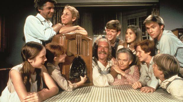 Die Waltons - Die Familie Walton aus Waltons Mountain versammelt sich abends...