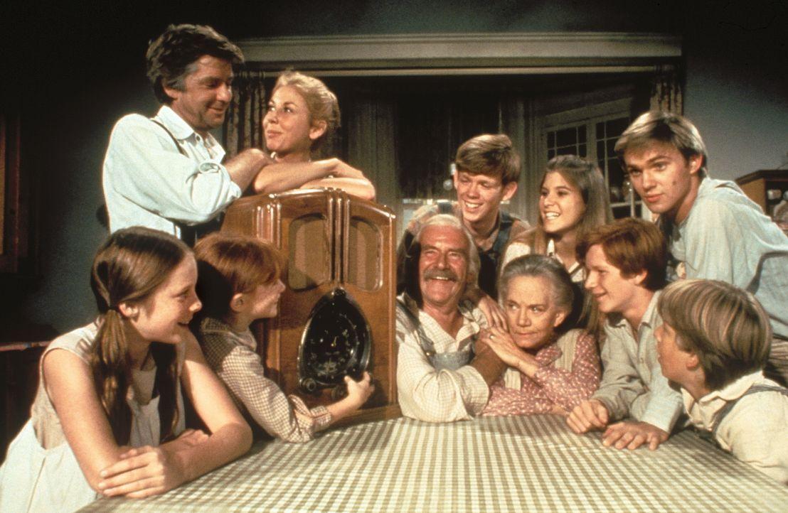 Die Familie Walton aus Waltons Mountain versammelt sich abends gerne um das Radio: (V.l.n.r.:) Erin (Mary Beth McDonough), Vater John (Ralph Waite),... - Bildquelle: WARNER BROS. INTERNATIONAL TELEVISION