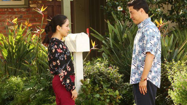 Jessica (Constance Wu, l.) und Louis (Randall Park, r.) machen eine höchst me...