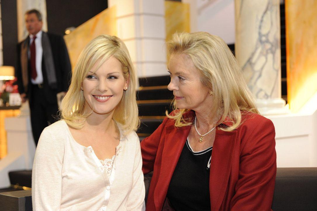 Während sich Alexandra (Ivonne Schönherr, l.) über Diavolo freut, spürt Elisabeth (Birte Bergl, r.) die Chance, ihren Betrieb auf internationale... - Bildquelle: SAT.1