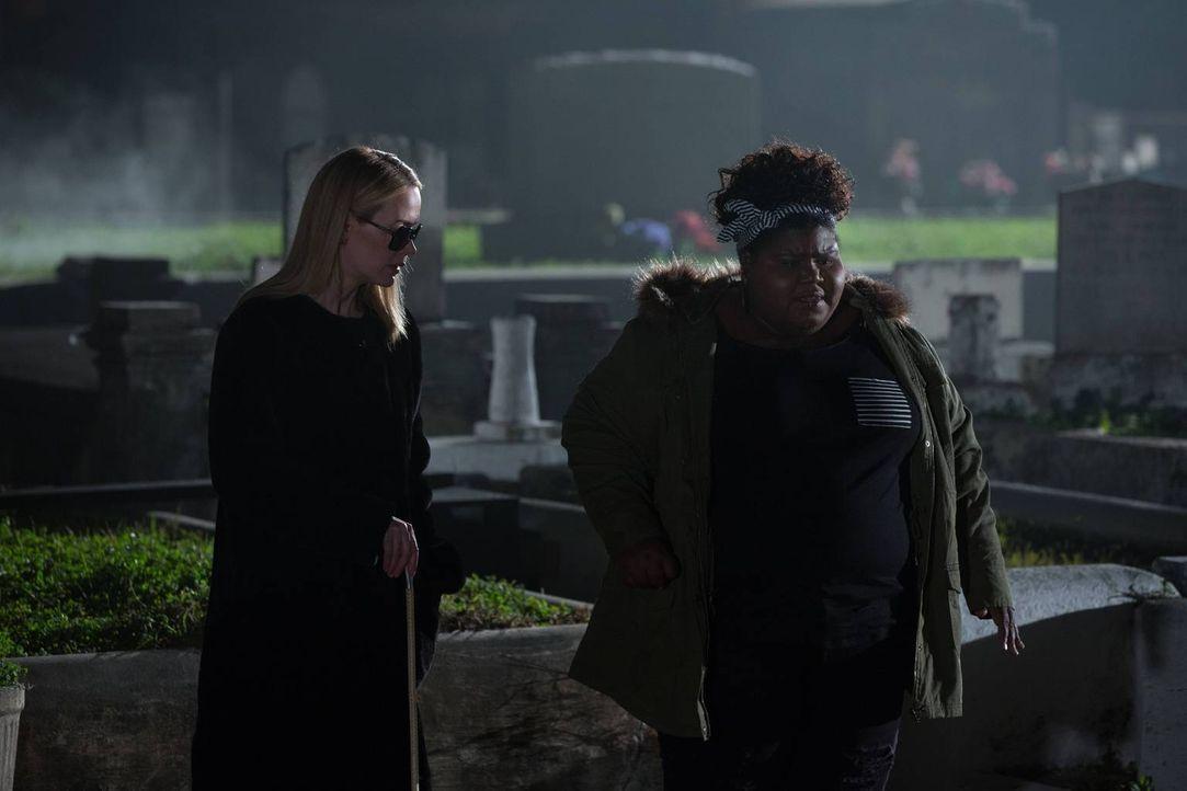 Können Cordelia (Sarah Paulson, l.) und Queenie (Gabourey Sidibe) Misty aus ihrer misslichen Lage retten? - Bildquelle: 2013-2014 Fox and its related entities. All rights reserved.