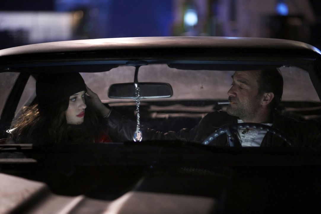 Eines Tages gelingt es Arthur, die drogenabhängige Prostituierte Kat (Kat Dennings, l.) vor dem zwielichtigen Cop Chuck Dooney (Elias Koteas, r.) z... - Bildquelle: 2009 Darius Films Inc. All Rights Reserved.
