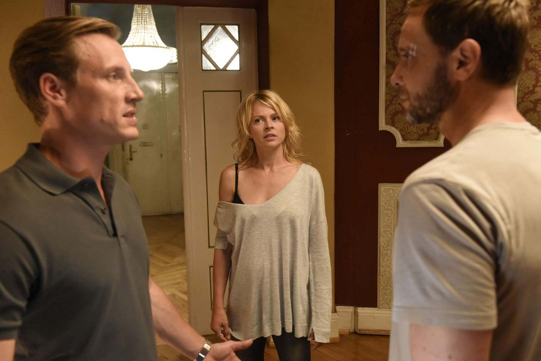 Als Nina (Isabell Gerschke, M.) feststellt, dass sich ihr Mann (Patrick Kalupa, l.) und ihr geheimnisvoller Liebhaber (Julian Weigend, r.) kennen, g... - Bildquelle: Christoph Assmann SAT.1