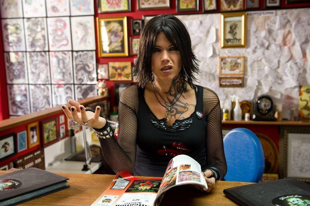 Carmen (Anke Engelke) arbeitet in einem Tattoo-Shop und bleibt immer schön cool. Ob empörte Mütter, die sich über missglückte Piercings für ihre sec... - Bildquelle: Willi Weber Sat.1