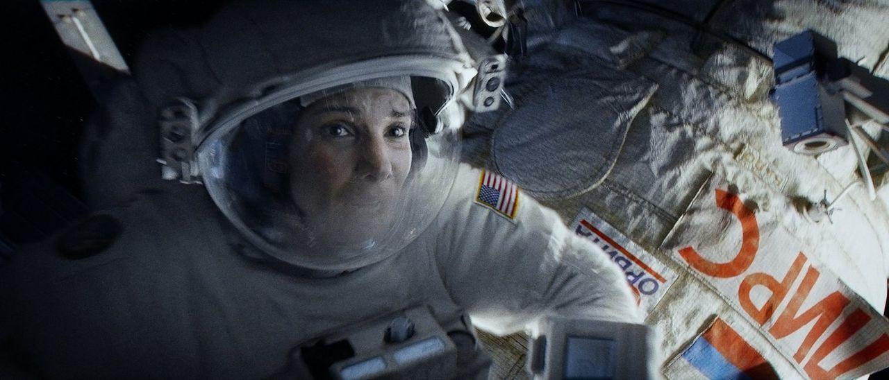 Alleine im All: Für die Biomedizinerin Dr. Ryan Stone (Sandra Bullock) verläuft ihre erste Mission im Weltall alles andere als geplant, als Trümmert... - Bildquelle: Warner Brothers