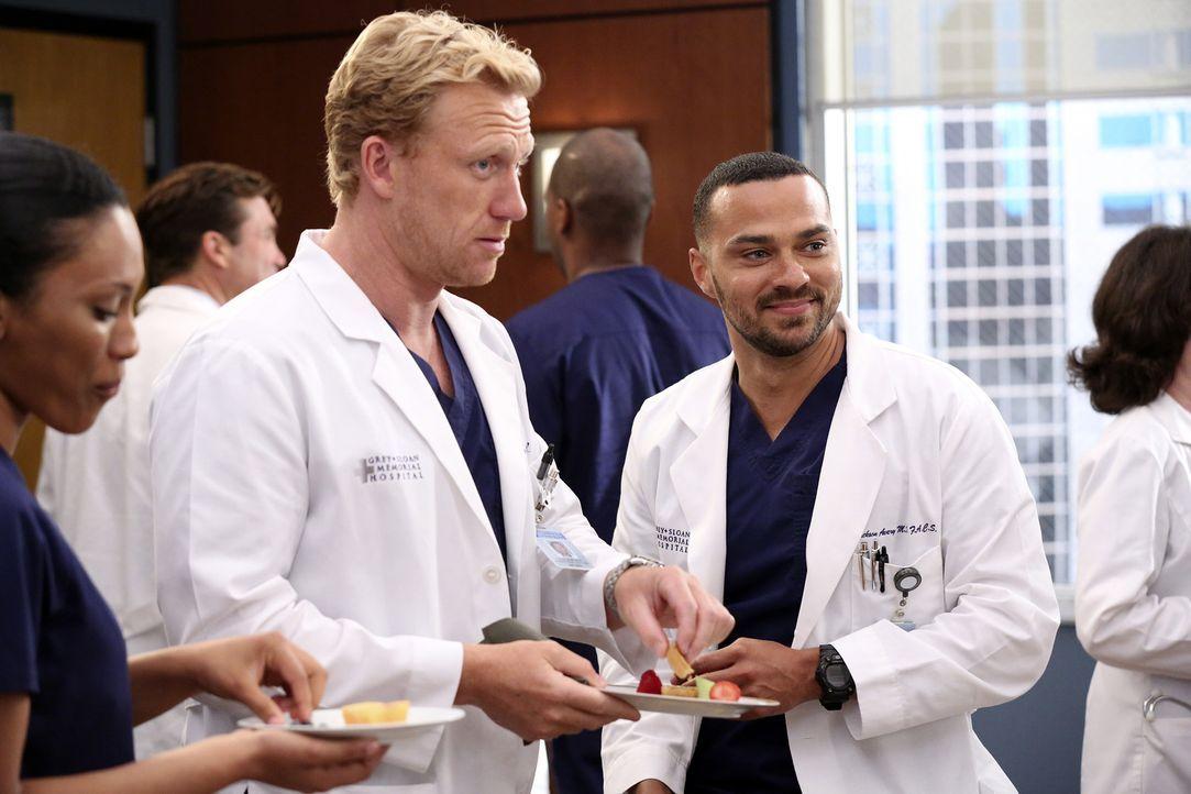 Noch ahnen Jackson (Jesse Williams, r.) und Owen (Kevin McKidd, l.) nicht, dass die kleine Überraschungsfeier für Bailey anders endet als geplant ..... - Bildquelle: ABC Studios