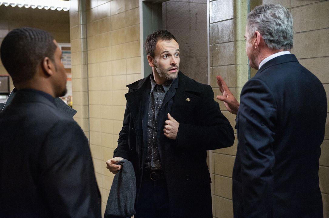 Gemeinsam versuchen sie einen neuen Fall aufzuklären: Sherlock (Jonny Lee Miller, M.), Gregson (Aidan Quinn, r.) und Bell (Jon Michael Hill, l.) ... - Bildquelle: CBS Television