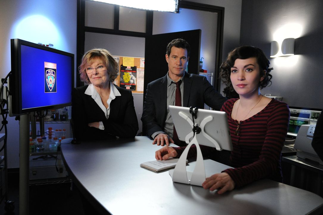 Versuchen, einen neuen Fall zu lösen: Tanya (Britt Lower, r.), Joanne Webster (Jane Curtin, l.) und Al (Dylan Walsh, M.) ... - Bildquelle: 2011 CBS Broadcasting Inc. All Rights Reserved.