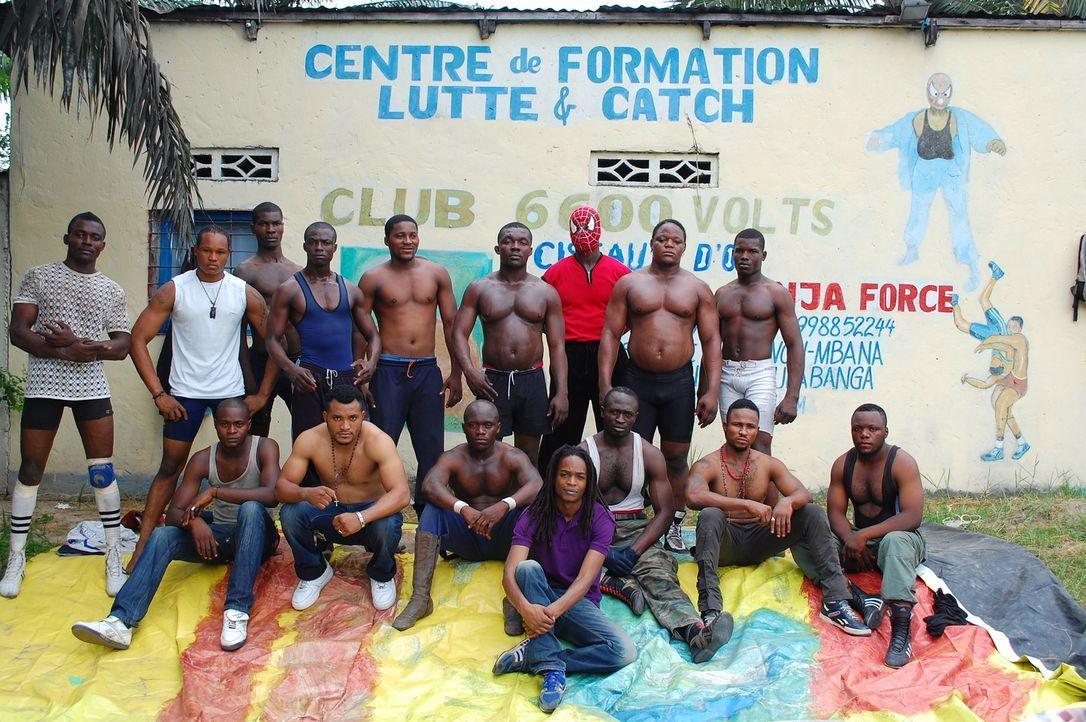 In der demokratische Republik Kongo taucht Seyi Rhodes (vorne) in die außergewöhnliche Welt des professionellen Wrestlings ein. Ein ganz besonderes... - Bildquelle: Quicksilver Media 2012