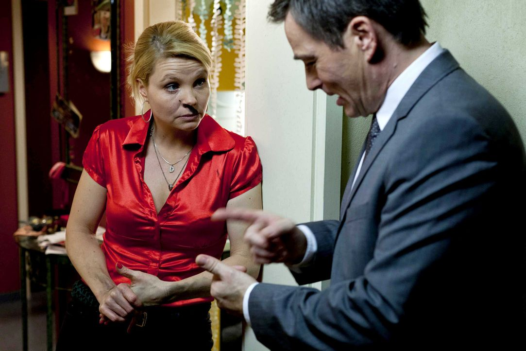 Kurt hat den großen Schlüsselbund verbummelt und bangt nun um seinen Hausmeister-Job, während Danni (Annette Frier, l.) mit sehr gemischten Gefü... - Bildquelle: Frank Dicks SAT.1