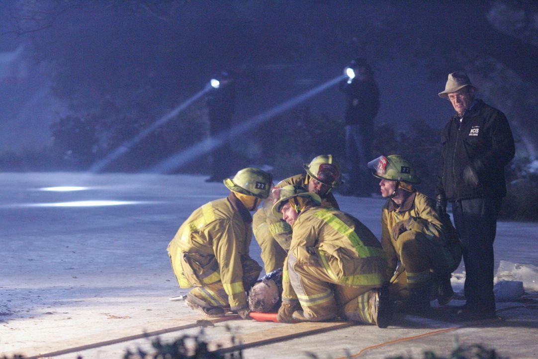 Nachdem eine Leiche unter einer dicken Eisschicht in einem Teich gefunden wurde, ist Ducky (David McCallum, r.) an der Reihe herauszufinden, was die... - Bildquelle: CBS Television