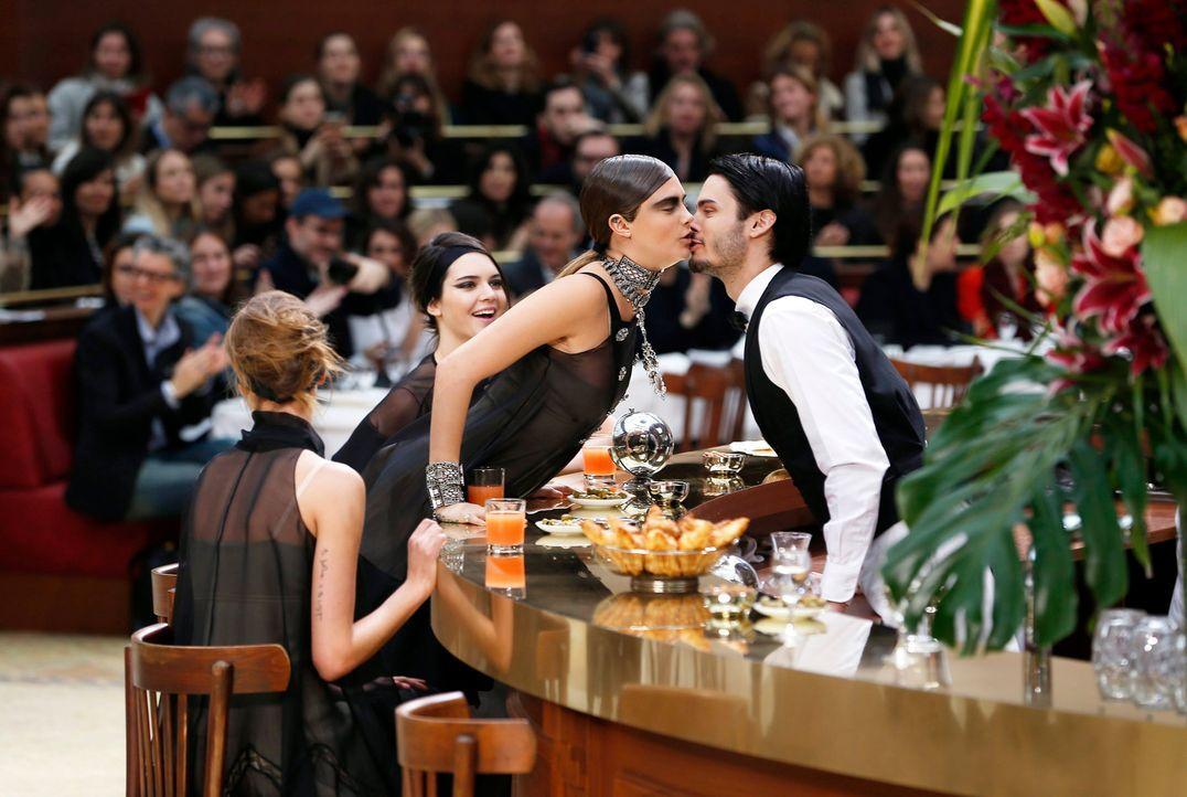 Paris-Fashion-Week-Cara-Delevingne-Baptiste-Giabiconi-150310-dpa - Bildquelle: dpa