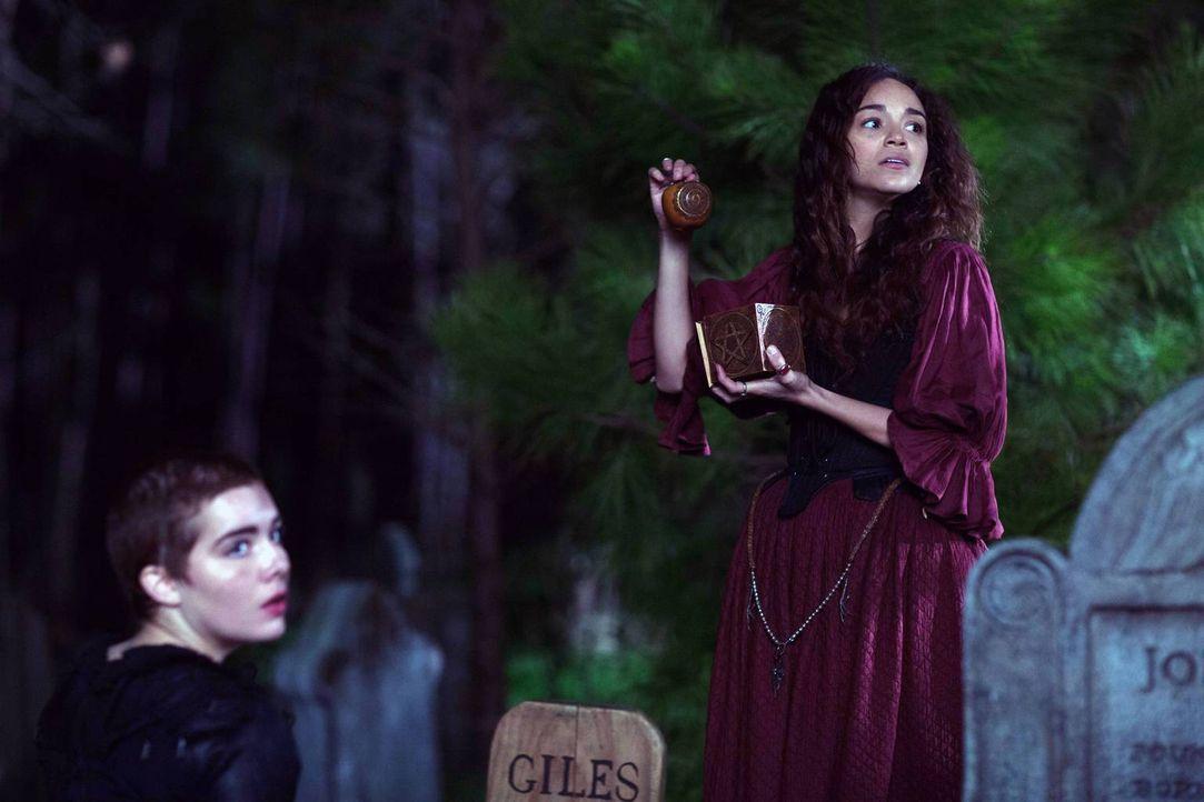 """Als Mary die Kontrolle über ihre Traumwanderung verliert, entschließt sich Tituba (r.) dazu, alleine mit Mercy nach dem wertvollen """"Apfel"""" zu suchen... - Bildquelle: 2013-2014 Fox and its related entities.  All rights reserved."""