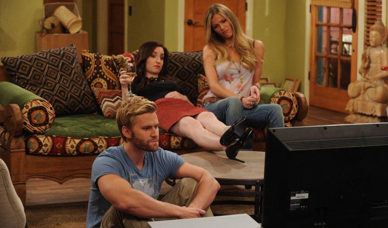 Sind begeistert von der alten DVD: Lowell (Rick Donald, l.), Kate (Zoe Lister Jones, M.) und Jules (Brooklyn Decker, r.) ... - Bildquelle: 2013 CBS Broadcasting, Inc. All Rights Reserved.