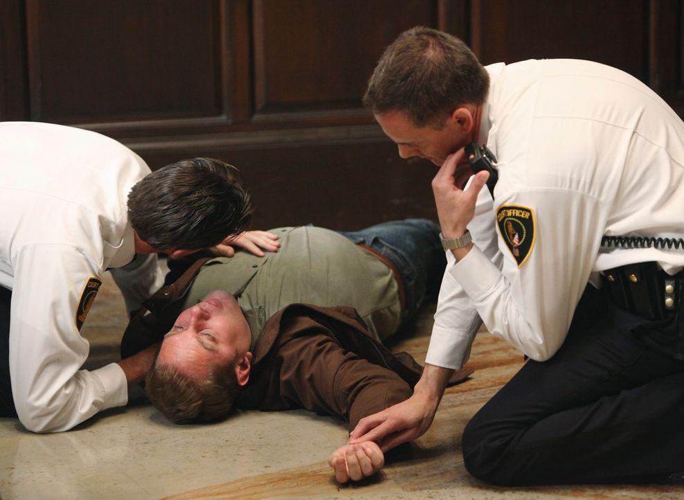 Ein Geschworener (Jesse Hlubik, M.) stirbt während des Plädoyers des Bezirksstaatsanwalts in einem medienwirksamen Prozess ... - Bildquelle: ABC Studios