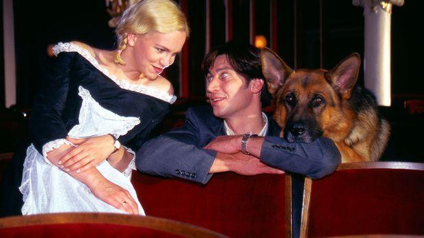 Kommissar Moser (Tobias Moretti, r.) und Rex unterhalten sich mit Sabine (Ane...