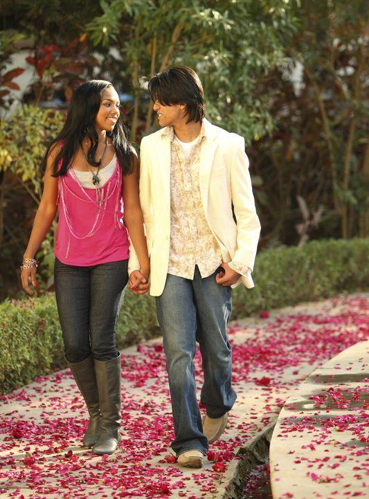Als Aqua (Kiely Williams, l.) in Indien Amar (Kunal Sharma, r.) trifft, den sie bereits aus einem Chat kennt, verliebt sie sich prompt in den sympat... - Bildquelle: Disney - ABC - ESPN Television