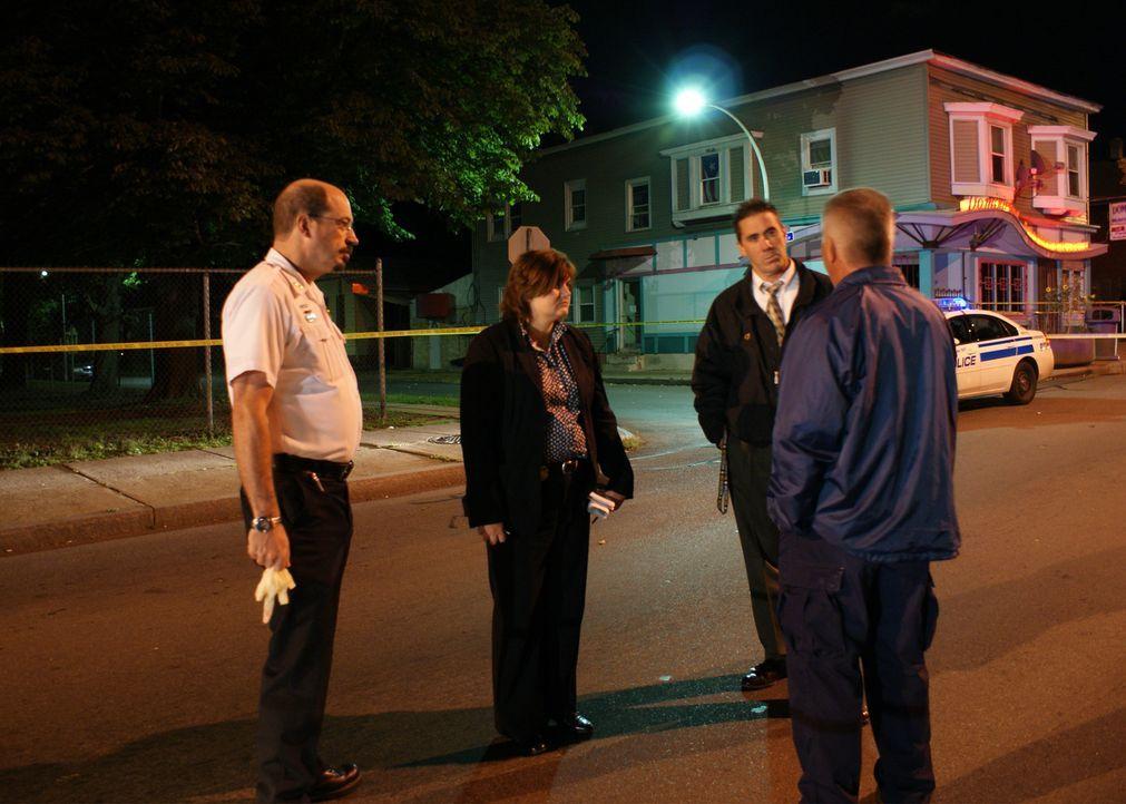 Ein 15-jähriger Junge wird in einer Straße in der Nachbarschaft erschossen. Die Ermittler finden Zeugen, die zwei unbekannte Männer beobachtet haben... - Bildquelle: A&E Television Networks