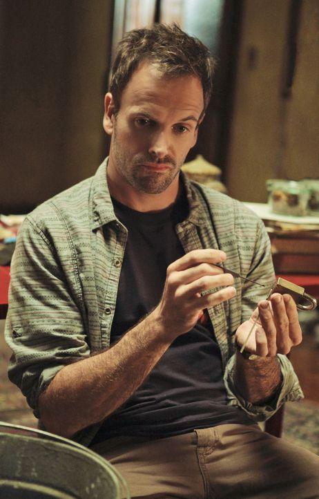 Der exzentrische Engländer Sherlock Holmes (Jonny Lee Miller) ermittelt in einem neuen Mordfall ... - Bildquelle: CBS Television