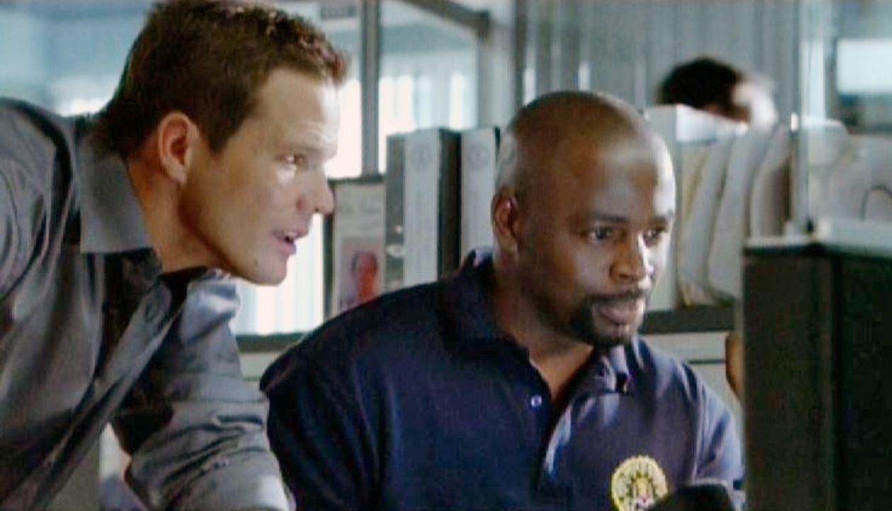 David (Alimi Ballard, r.) und Colby (Dylan Bruno, l.) verfolgen die Geldströme zurück, um somit einen Hinweis auf die Täter zu erhalten ... - Bildquelle: Paramount Network Television