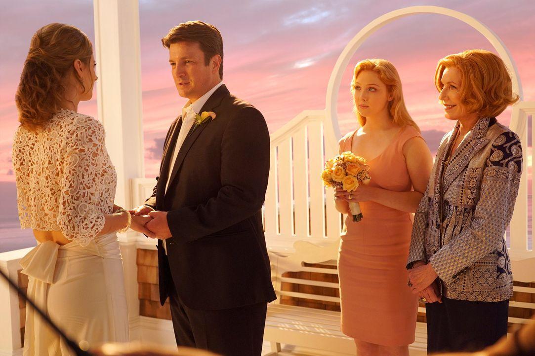 Geben sich im Beisein von Alexis (Molly C. Quinn, 2.v.r.) und Martha (Susan Sullivan, r.) das Ja-Wort: Castle (Nathan Fillion, 2.v.l.) und Beckett (... - Bildquelle: ABC Studios
