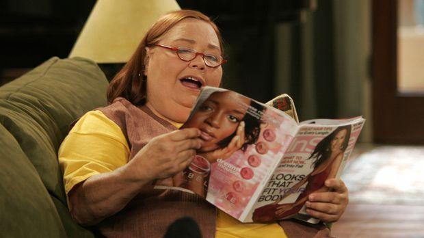 Alan gewährt Berta (Conchata Ferrell), die zu Hause Schwierigkeiten hat, für...