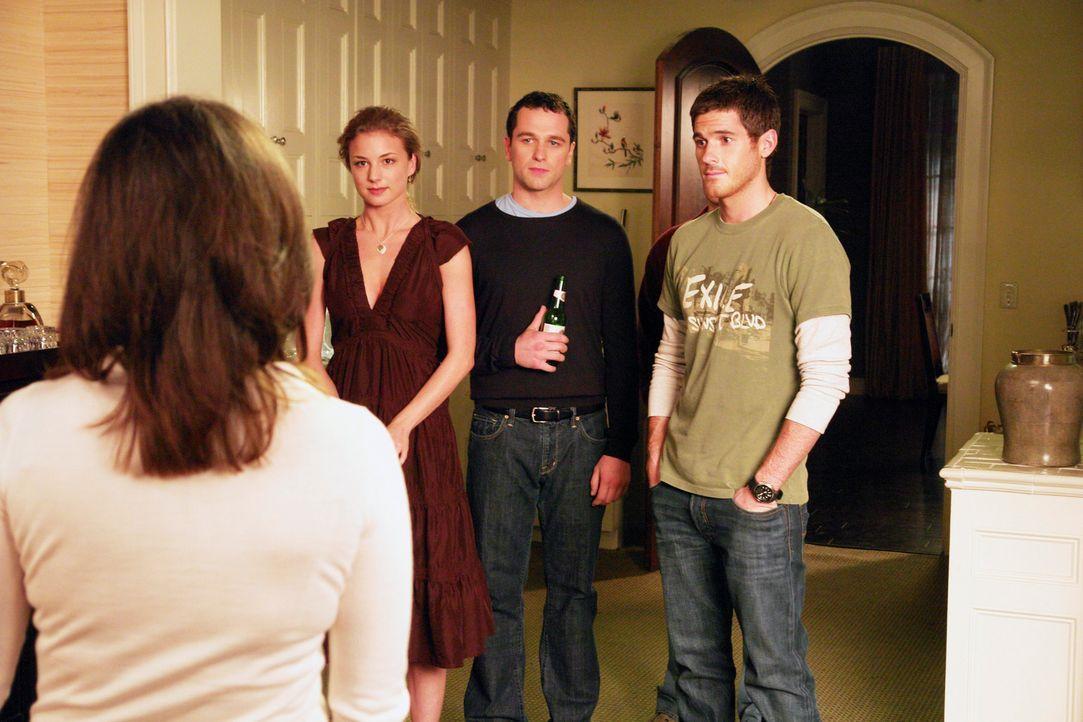 Nora (Sally Field, l.) bemüht sich, einen friedvollen Abend mit ihren Söhnen Justin (Dave Annable, r.) und Kevin (Matthew Rhys, 2. v.r.) und der u... - Bildquelle: Disney - ABC International Television