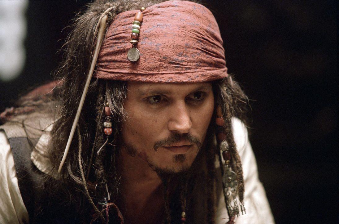 Die Suche nach einem neuen Schiff führt den Piraten Captain Jack Sparrow (Johnny Depp) nach Port Royal, wo er sich mit einem neuen Schiff, der Inter... - Bildquelle: Disney/ Jerry Bruckheimer