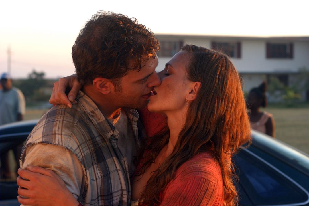 Schon seit langem ist Harland (Joe Miller, r.) in Allison (Catherine Munden, M.) verliebt. Doch die attraktive Frau will nichts mit ihm zu tun haben... - Bildquelle: Regent Productions