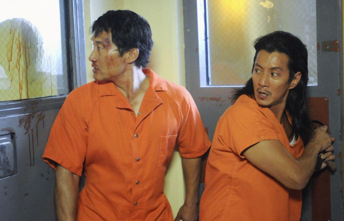 Als Chin (Daniel Dae Kim, l.) mitten in der Nacht entführt und in Häftlingsuniform im Halawa-Gefängnis zurückgelassen wird, muss er um sein Leben kä... - Bildquelle: 2012 CBS Broadcasting, Inc. All Rights Reserved.