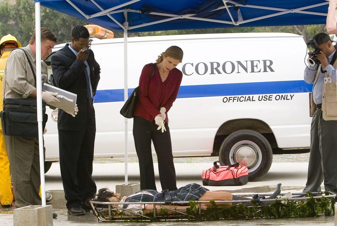 Als die junge Mexikanerin Maria Alvarez vergewaltigt und ermordet aufgefunden wird, ahnen Brenda (Kyra  Sedgwick, M.) und Gabriel (Corey Reynold,2.v... - Bildquelle: Warner Brothers