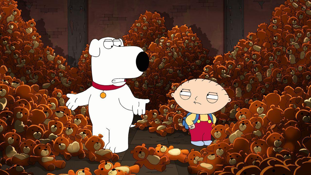 Machen sich auf die Suche nach Teddy Rupert, der im Rahmen einer Rückrufaktion von Lois in die Fabrik zurückgeschickt wurde: Stewie (r.) und Brian (... - Bildquelle: 2013 Twentieth Century Fox Film Corporation. All rights reserved.