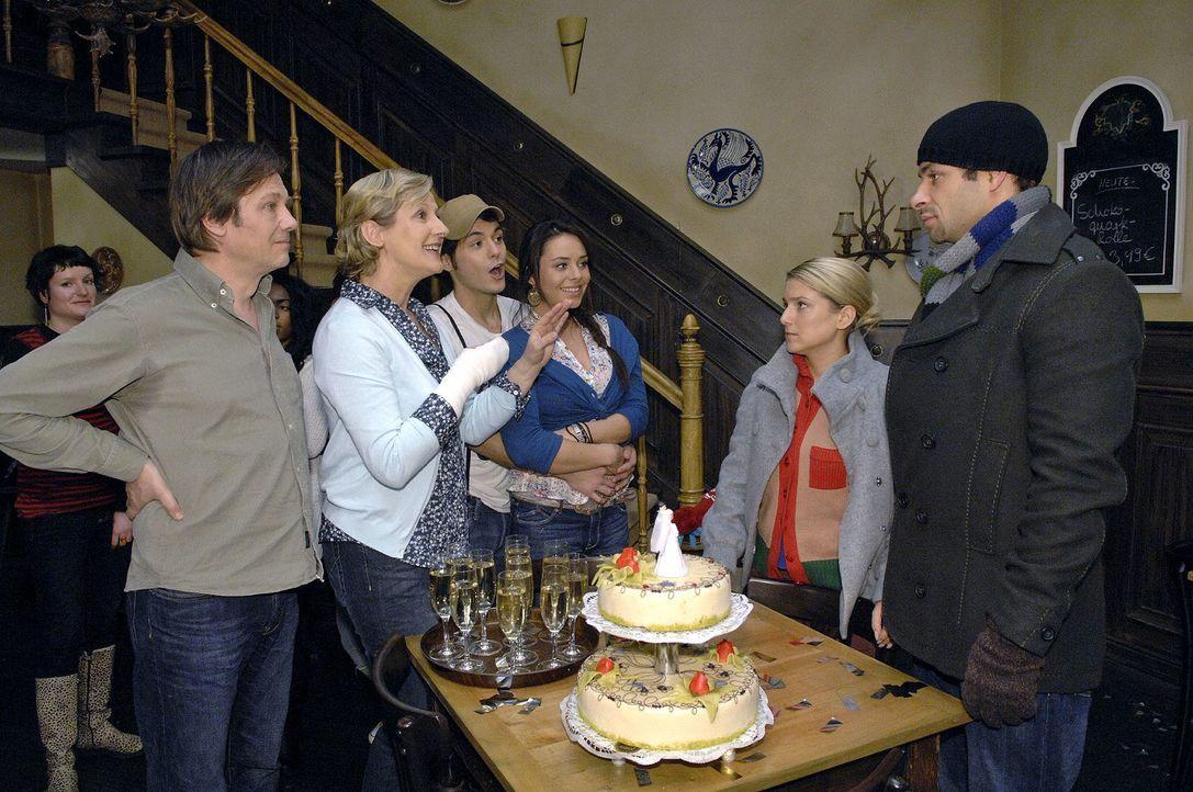 Bei ihrer Rückkehr wartet eine Überraschung auf Anna und Jannick ... v.l.n.r.: Armin (Rainer Will), Susanne (Heike Jonca), Maik (Sebastian König), P... - Bildquelle: Claudius Pflug Sat.1